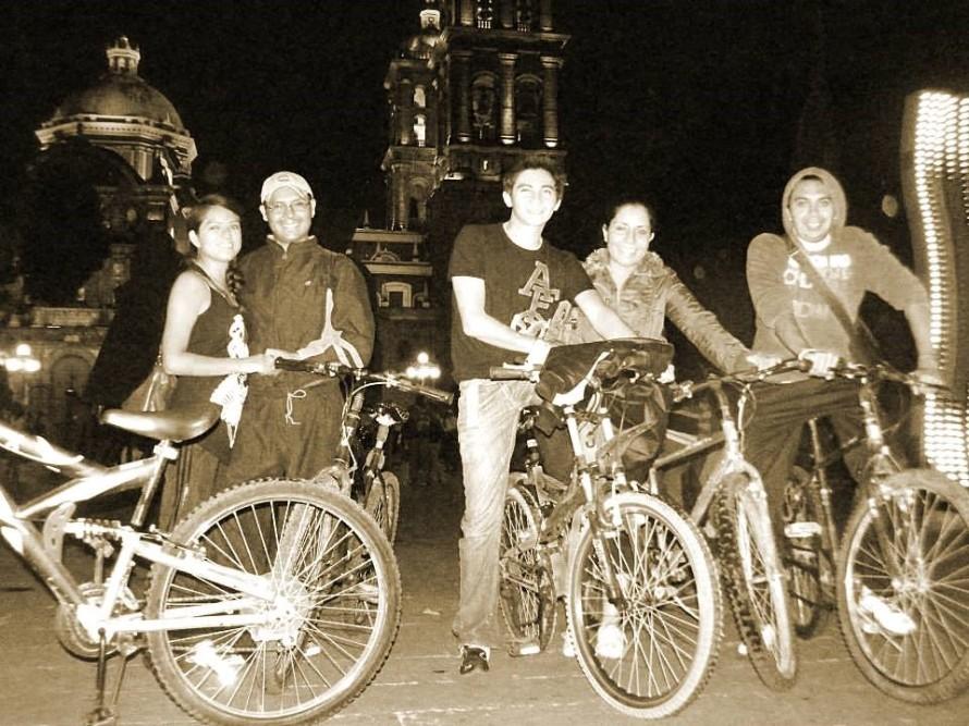 Foto de mis amigos y yo en la rodada por el Centro Histórico de Puebla.